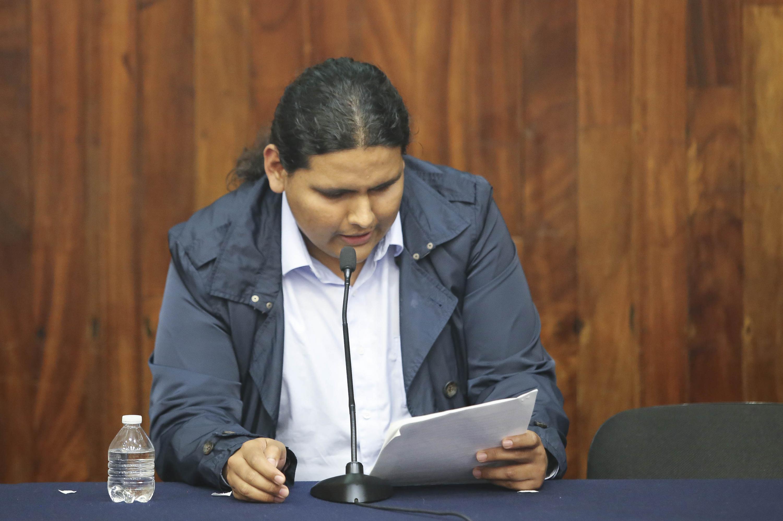 Uno de los finalistas leyo en voz alta su cuento