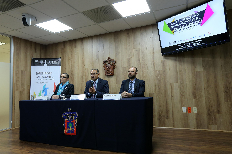 Director de la División de Electrónica y Computación del CUCEI, doctor Marco Antonio Pérez Cisneros, hablando frente al micrófono palabra