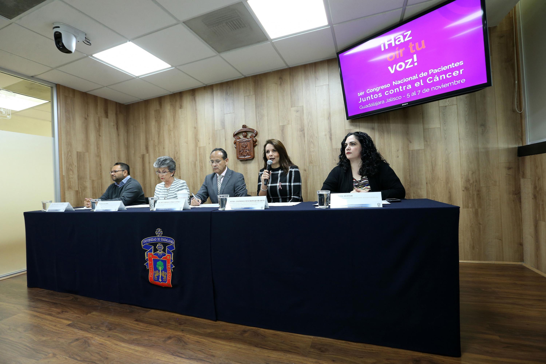 Representante del Voluntariado HCG y Presidenta de la Fundación Voluntarias Contra el Cáncer, maestra Esther Cisneros Quirarte, haciendo uso de la palabra