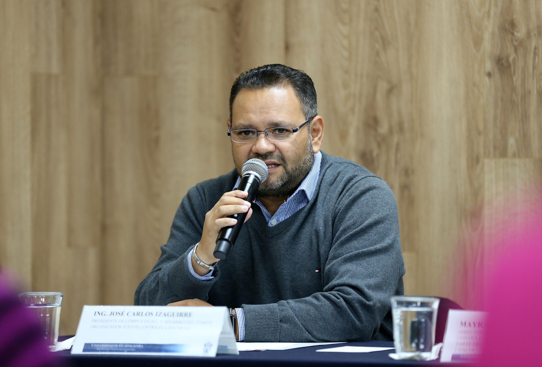Ingeniero Jose Carlos Izaguirre hablando frente al micrófono