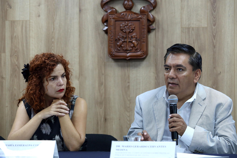 """Doctor Mario Cervantes Medina, investigador del CUCEA e integrante del Cuerpo Académico """"Políticas públicas y bienestar"""", haciendo uso de la palabra"""