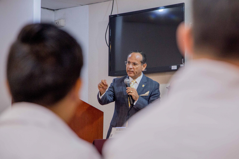 El doctor Héctor Raúl Pérez Gómez hablando con el publico presente con ayuda de un microfono