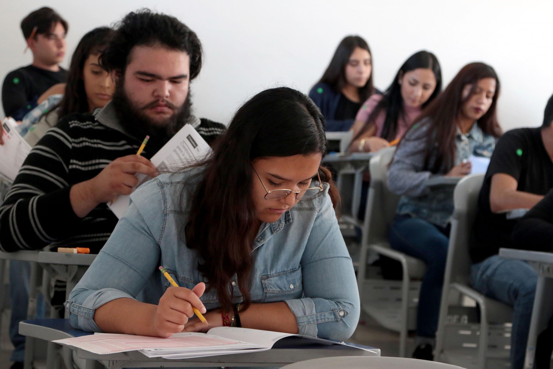 Aspirantes presentando el examen de admisión para cursar una licenciatura en la Universidad de Guadalajara.
