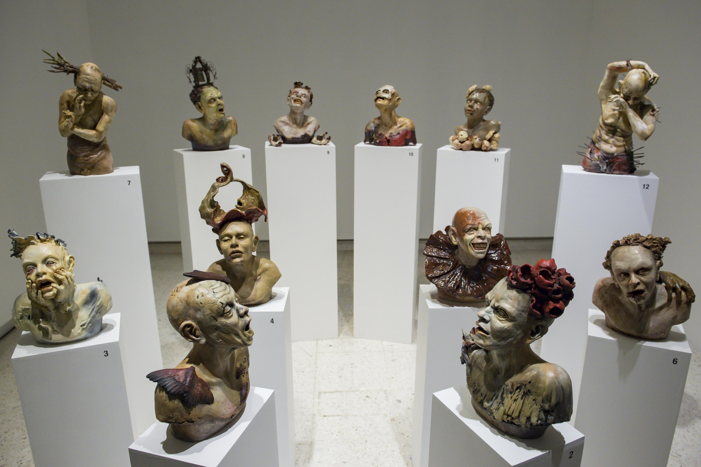 Doce esculturas de diferentes personajes con elementos grotescos