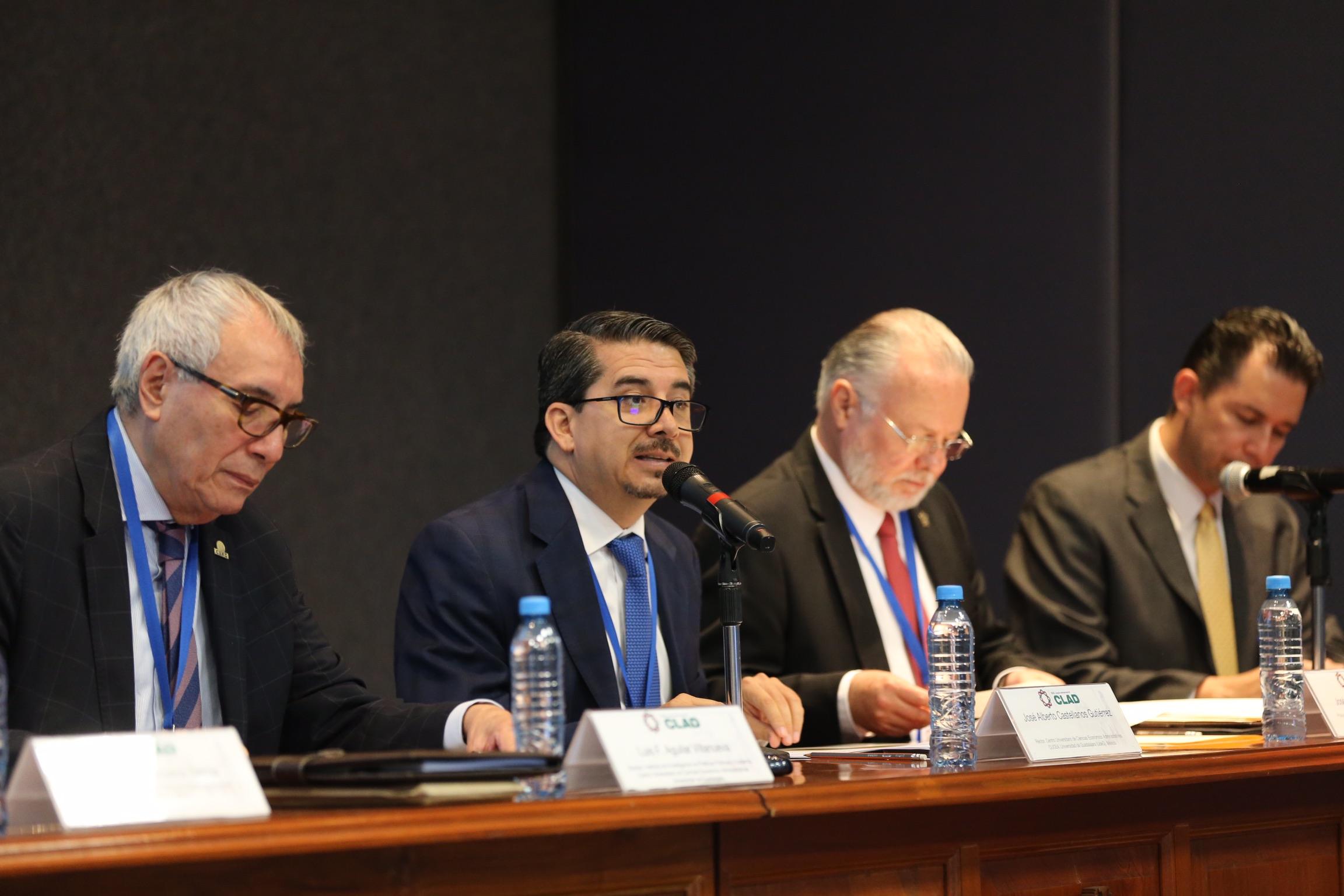 Maestro José Alberto Castellanos Gutiérrez, Rector del CUCEA, moderando el panel de discusión.
