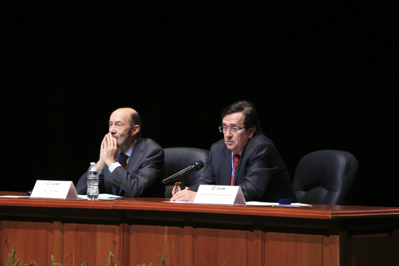 Francis Javier Velazquez del CLAD fue moderador en la charla de el doctor Alfredo Pérez Ruvalcaba