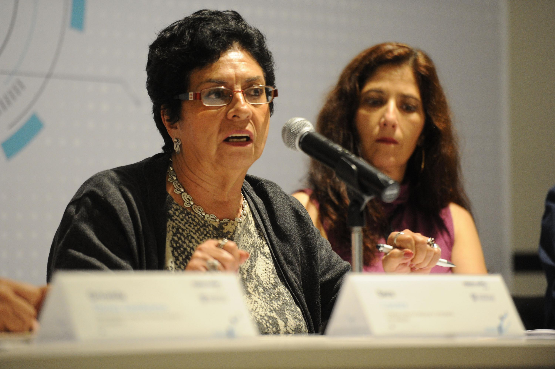 Sara Lovera hablando al micrófono durante la mesa de diálogo