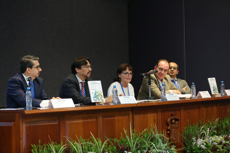 Doctora María del Carmen Pardo López, investigadora del Centro de Investigación y Docencia Económicas (CIDE); haciendo uso de la palabra en evento.