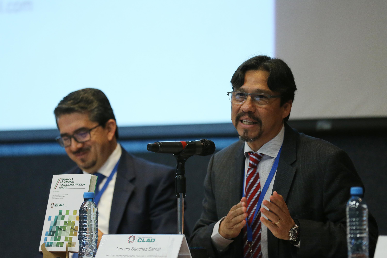 Antonio Sánchez Bernal, Jefe de Departamento de Estudios Regionales del CUCEA; haciendo uso de la palabra.