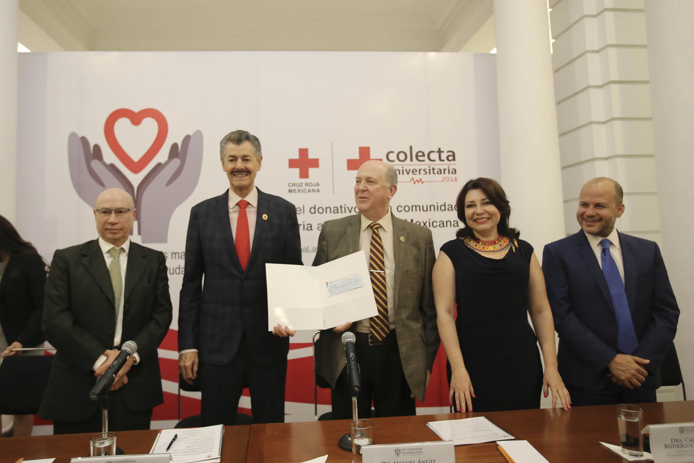 El Doctor Navarro Navarro  y el Domínguez Morales posaron ara la foto con el cheque simbolico
