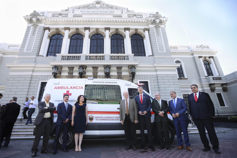 Autoridades Universitrarias y personal de la Cruz Roja Mexicana fueron retratados junto a la ambulancia donada afuera del Museo de Las Artes