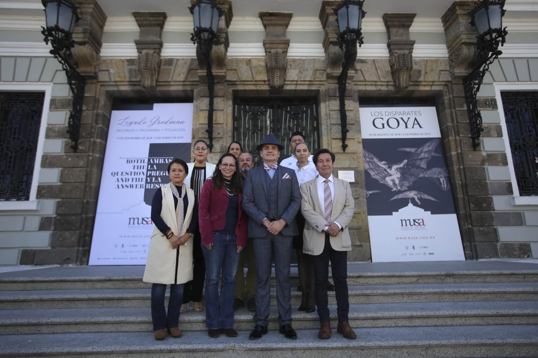 Integrantes de la Red de Asuntos Culturales de la (ANUIES), Región Centro Occidente, posando para toma de fotografía grupal.