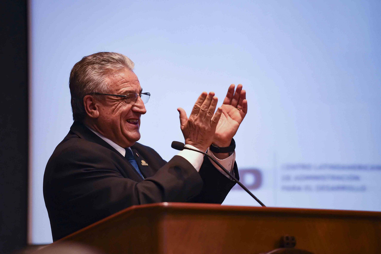 Doctor Alberto Raúl Scavarelli Escobar, Presidente del Consejo Directivo del CLAD, haciendo uso de la palabra