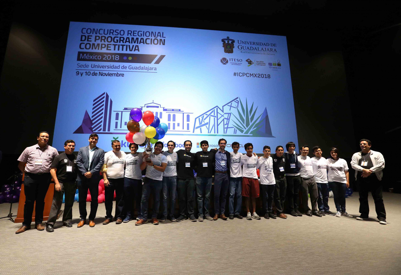 Fotografía grupal con los tres primeros lugares del Concurso Regional de Programación Competitiva México 2018 del International Collegiate Programming Contest (ICPC)