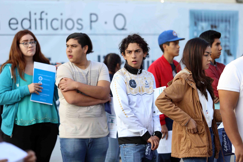 Jovenes aspirantes estuvieron temprano por la mañana para realizar su examen de ingreso