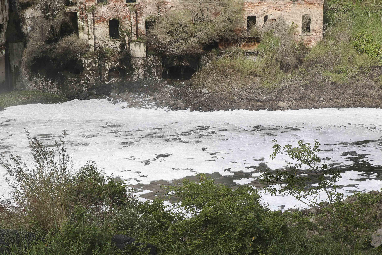 Cascada, conocida como El Salto de Juanacatlán con un alto grado de contaminación.