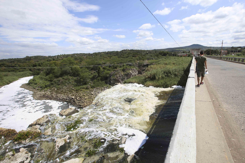 Habitantes de la zona, transitando cerca de la cascada El Salto de Juanacatlán.