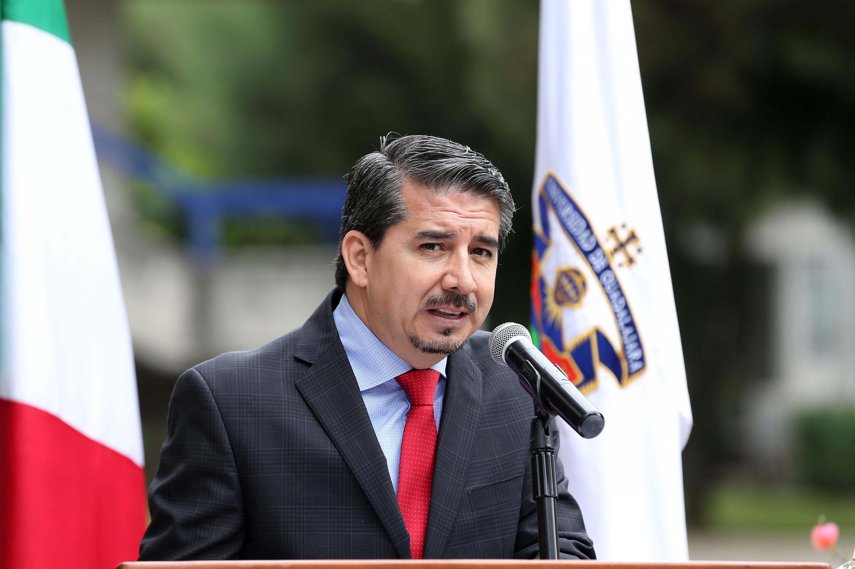 El maestro José Alberto Castellanos Gutiérrez, rector del CUCEA habla al microfono durante el evento