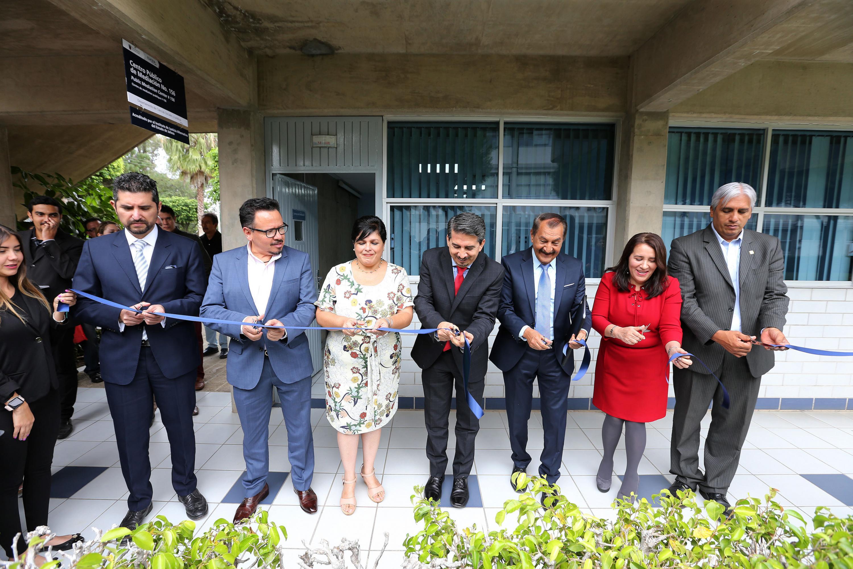 Autoridades del CUCEA e invitados durente el corte de liston inaugural
