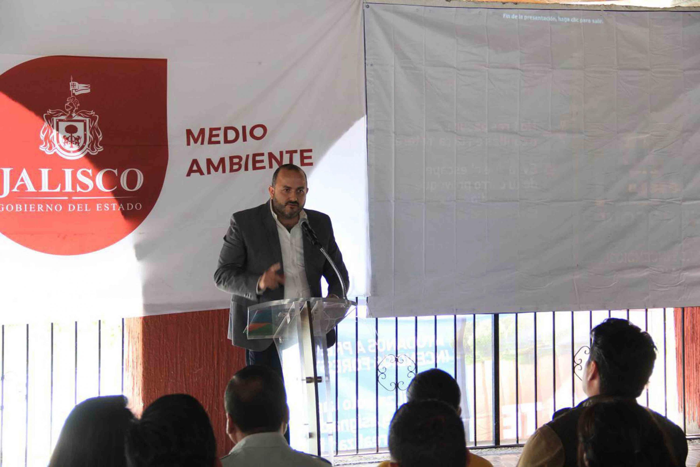 Dr. Ricardo Villanueva Lomelí, Rector del CUTonalá, en podium del evento, haciendo uso de la palabra.