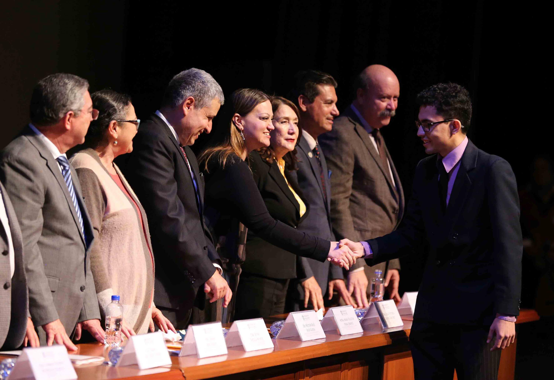 Alumnos sobresaliente saludando a las autoridades universitarias, estatales y municipales.