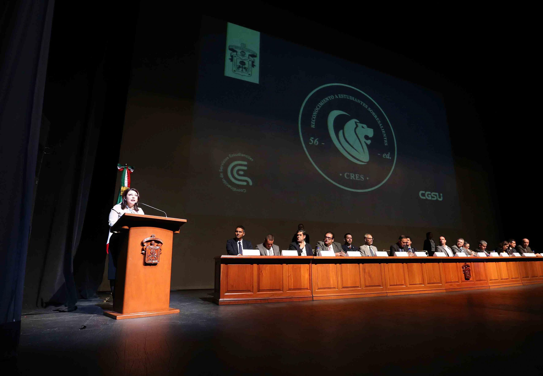 Vicerrectora Ejecutiva, doctora Carmen Rodríguez Armenta,haciendo uso de la palabra durante la quincuagésima sexta Ceremonia de Reconocimiento a Estudiantes Sobresalientes