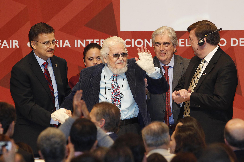Fernando del Paso recibio en 2013 el premio FIL de Literatura aqui en compañia del Mtro. Tonatiuh Bravo Padilla