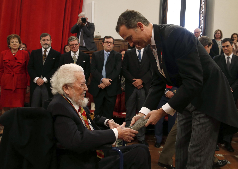Fernando del Paso saluda al que es hoy el Rey de España Felipe VI