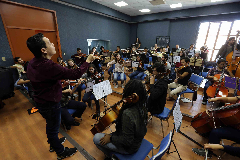 La Orquesta Sinfomica de la UdeG durante uno de los ensayos en  la Escuela de Musica