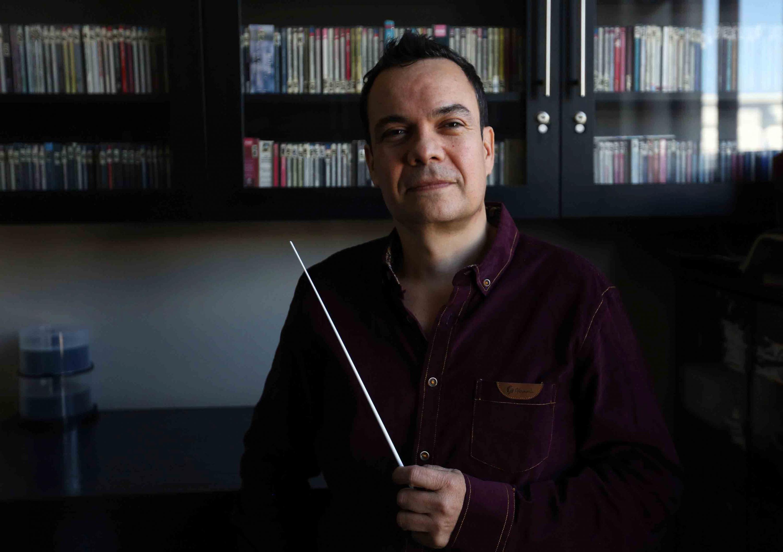 Retrato del joven director de la orquesta el maestro Camilo Acosta Díaz
