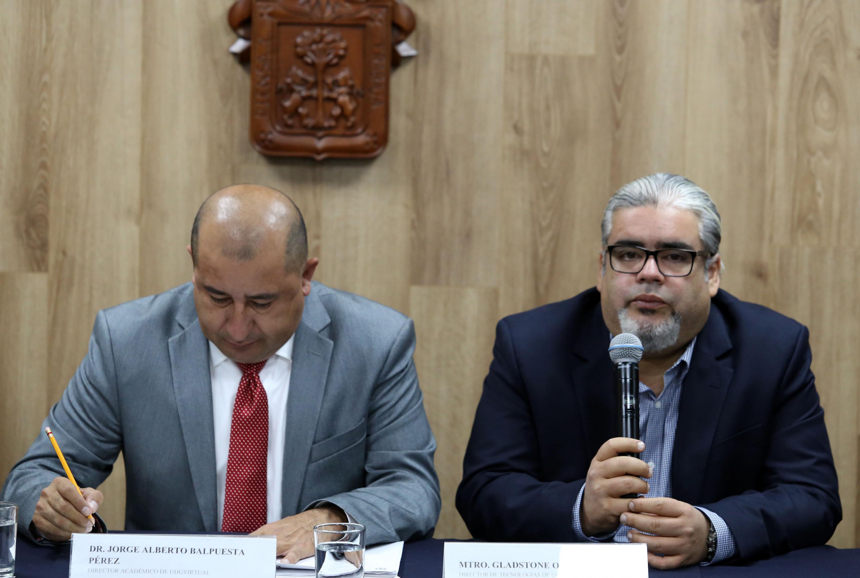 Director de Tecnologías de UDGVirtual, doctor Gladstone Oliva Íñiguez, haciendo uso de la palabra durante la rueda de prensa
