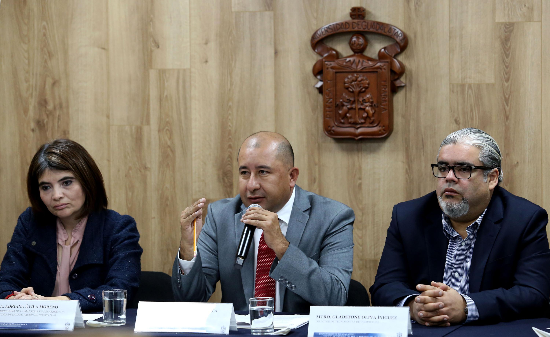 Director Académico de UDGVirtual, doctor Jorge Alberto Balpuesta Pérez, haciendo uso de la palabra durante la rueda de prensa, hablando frente al micrófono