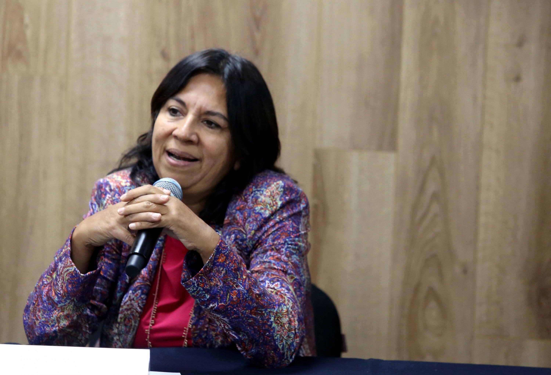 Directora del Instituto de la Gestión del Aprendizaje en Ambientes Virtuales (IGAAV), doctora María Elena Chan Núñez, hablando frente al micrófono