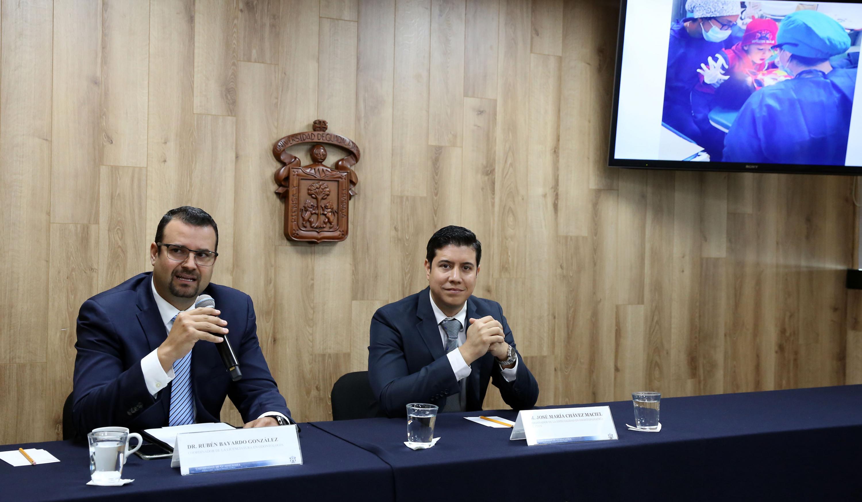 El doctor Rubén Bayardo González y el  doctor José María Chávez Maciel durante la rueda de prensa de anuncio del evento