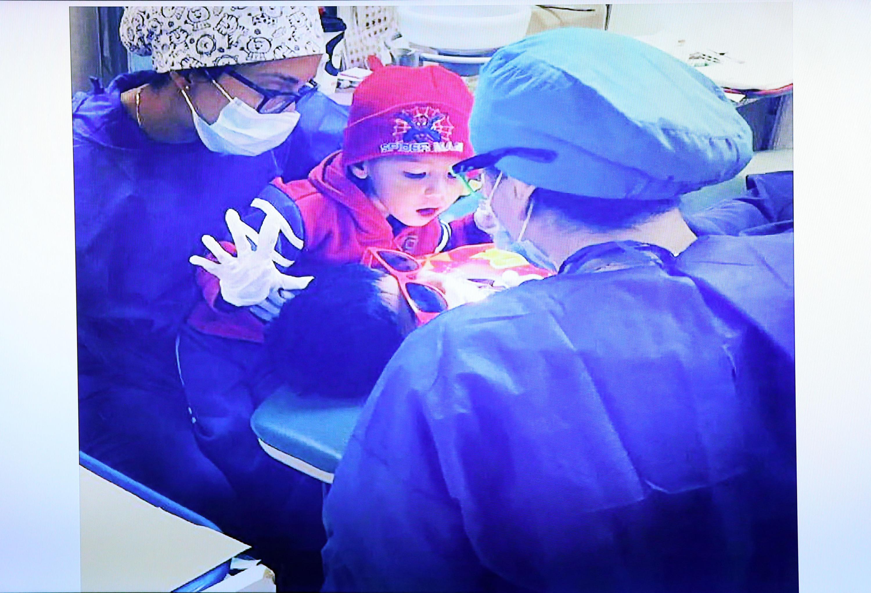 Una niña en el quirofano con los especialistas en odontopediatria
