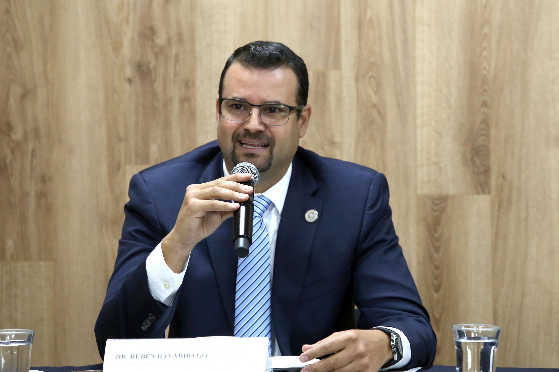 El doctor Rubén Bayardo González es  El Coordinador de la Licenciatura en Odontología del CUCS