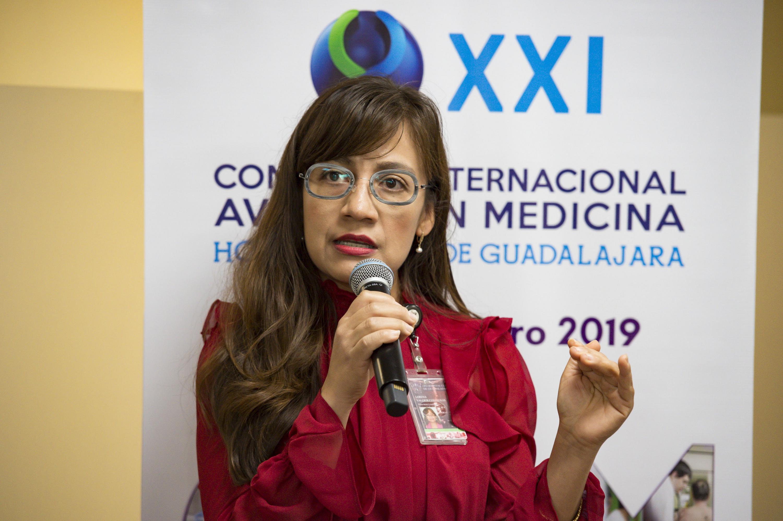 Mujer hablando frente al micrófono durante la conferencia de prensa