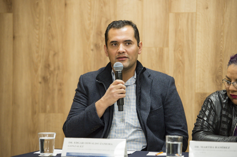 Doctor Edgar Oswaldo Zamora González, hablando frente al micrófono