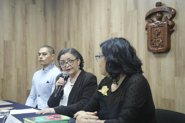 Rectora del CUCEI, doctora Ruth Padilla Muñoz, haciendo uso de la palabra durante rueda de prensa