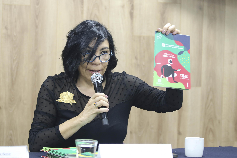 Directora de Contenidos de la FIL, licenciada Laura Niembro Díaz, hablando frente al micrófono
