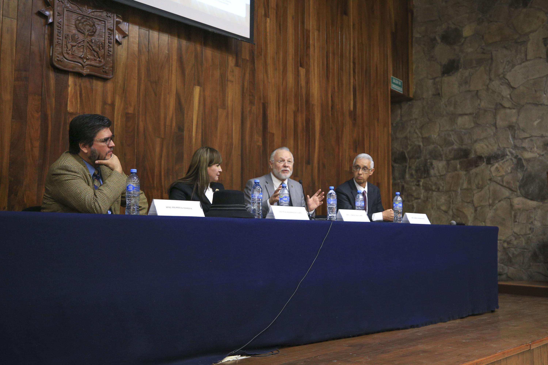 Vista general de la mesa del presidium durante la conferencia de Padilla Lopez