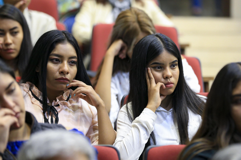 Dos alumnas del CUCSH escuchan al conferencista