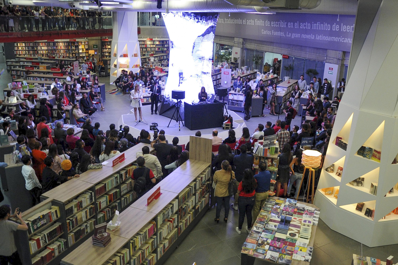 Alrededor de la columna principal de  la Libreria Carlos Fuentes se reunieron estudiantes y autoridades