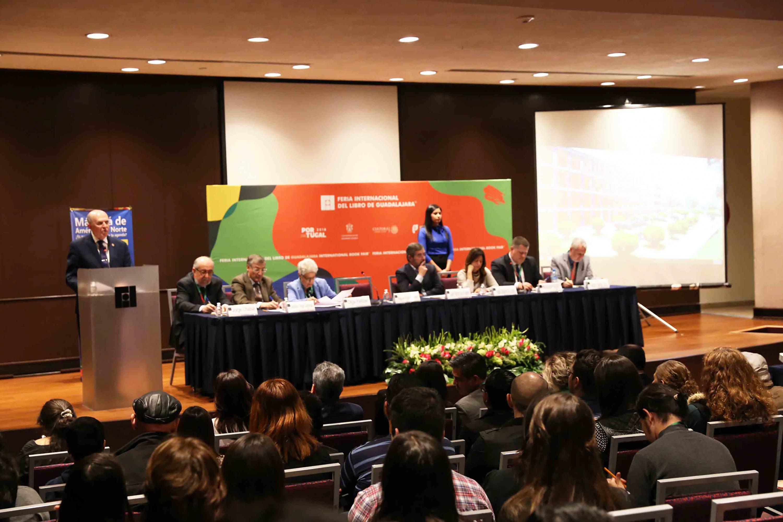 El doctor Miguel Ángel Navarro Navarro, haciendo dirigiendo unas palabras desde el podio.