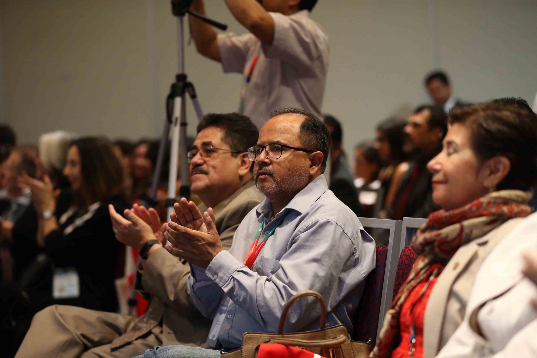 Audiencia de la presentación del Premio Hispanoamericano Castillo de Literatura Infantil y Juvenil aplaudiendo.