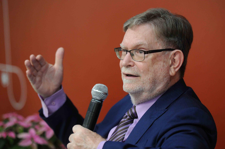 retrato del doctor George Fitzgerald Smoot  durante el evento del CUCEI