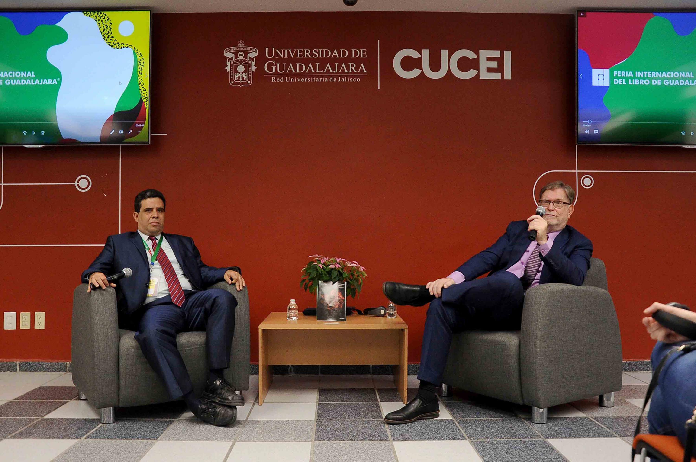 El doctor George Fitzgerald Smoot III y su presentador en la sala del CEDI de CUCEI