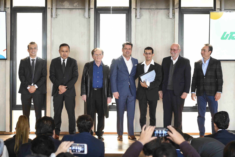 El Gobernador de Jalisco junto a los ganadores del premio estatal de Innovacion 2018