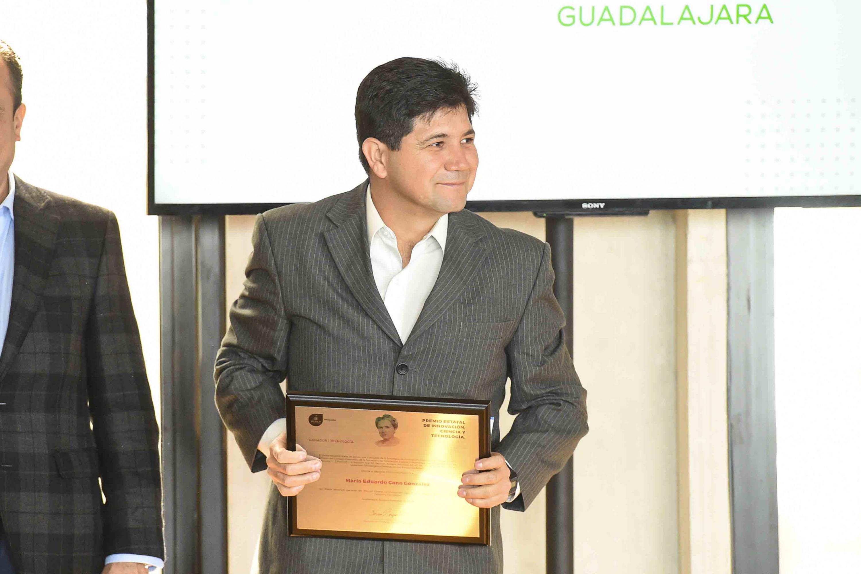Mario Eduardo Cano González  sostiene el reconocimiento recibido