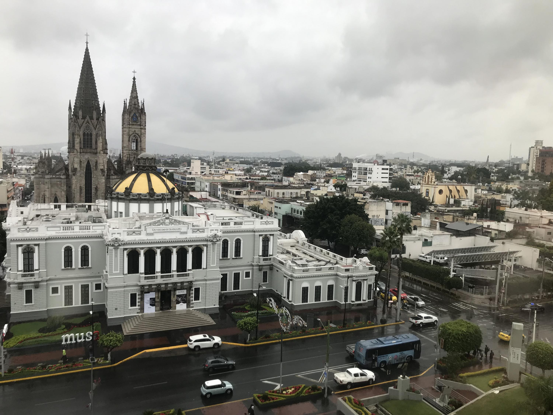 Vista panorámica de la nubosidad que provocó lluvia y baja temperatura en la ciudad de Guadalajara. Al fondo el expiatorio y Museo de las Artes de la Universidad de Guadalajara.
